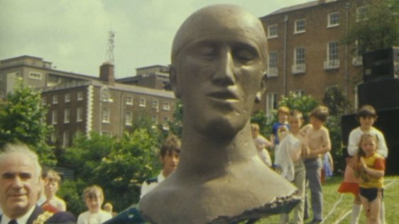 Tribute Head by Elisabeth Frink, Merrion Square (1983)