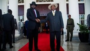 South Sudan president Salva Kiir (L) meeting with Ugandan president Yoweri Museveni before today's meeting with Riek Machar