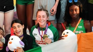 Sophie O'Sullivan (l), Sarah Healy (c) and Rhasidat Adeleke pose with their medals