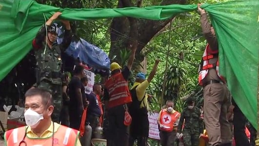 Mission to rescue boys trapped in Thai cave resumes