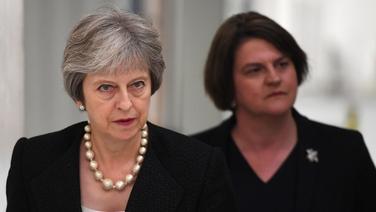 Theresa May agus ceannaire an DUP, Arlene Foster