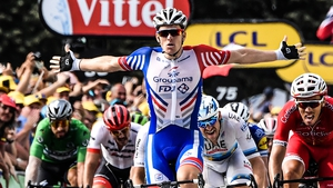 Demare finishes ahead of the pack in Pau