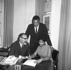 Aretha Franklin signs her contract with Atlantic Records (L-R Jerry Wexler, husband and manager Ted White and Aretha franklin) on November 21, 1966 in New York City, New York. (Photo by PoPsie Randolph/Michael Ochs Archives/Getty Images)