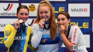 Lara Gillespie (c) celebrates with her gold medal. Pic: @UEC_cycling