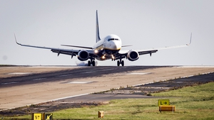 A Ryanair plane tries to land in crosswinds at Leeds/Bradford Airport