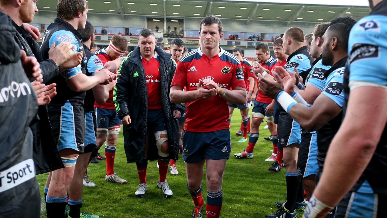 Image - Hurley and his team-mates leave the field after the final defeat to Glasgow
