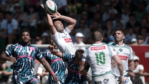 Pau's French full-back Charly Malie (C) gathers during the Top 14 clash with Stade Francais