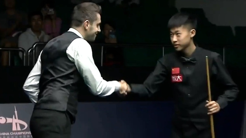 Mark Selby (L) shakes hands with Chinese player Chang Bingyu