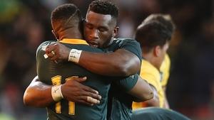 South Africa's Aphiwe Dyantyi (L) and Siya Kolisi embrace