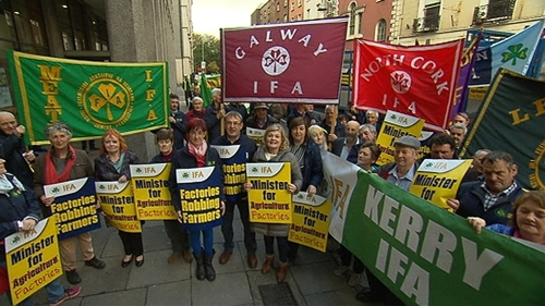 A large group of farmers were protesting outside the Department of Agriculture on Kildare Street