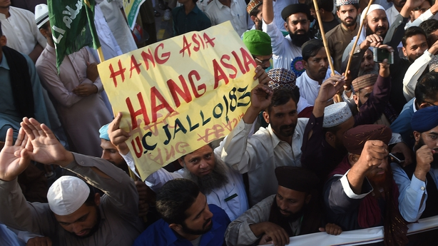 Asia Bibi: Pakistan acquits Christian woman on death row