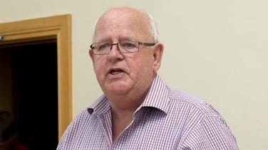 Micheál Martin cáinte ag iar-Sheanadóir agus ball sinsireach d'Fhianna Fáil as Éamon Ó Cuív a dhíbirt ón mbínse tosaigh