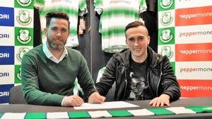 Stephen Bradley poses with new signing Aaron McEneff