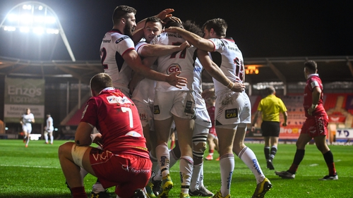 Jacob Stockdale celebrates his try with team-mates