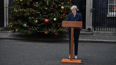 Theresa May ag Sráid Downing ar maidin (Pic: Getty)