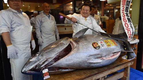 Kiyoshi Kimura, right, president of sushi restaurant chain Sushi-Zanmai, with his 278kg bluefin tuna