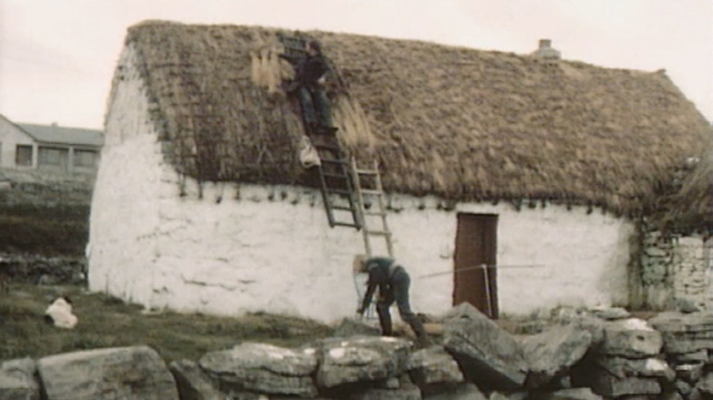 Men thatching house on Inis Meáin (1984)