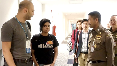 Rahaf Mohammed al-Qunun (C) speaks to Thai officials at a transit hotel near Bangkok