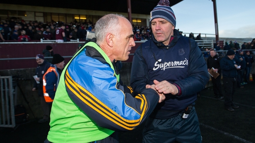 Anthony Cunningham and Kevin Walsh shake hands at full-time