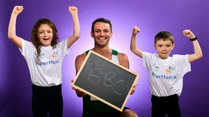 Thomas Barr with 8-year-olds Roisin Woods and Patrick Ryan at the Irish Life annoucement