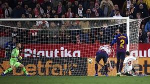 Wissam Ben Yedder slips home Sevilla's second goal against Barcelona