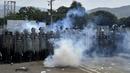 Venezuelan national policemen clash with demonstrators at the Simon Bolivar bridge