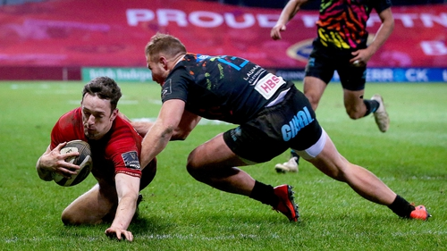 Darren Sweetnam dives over to give Munster the lead late on