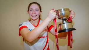 Catriona Casey lifts the Women's senior trophy