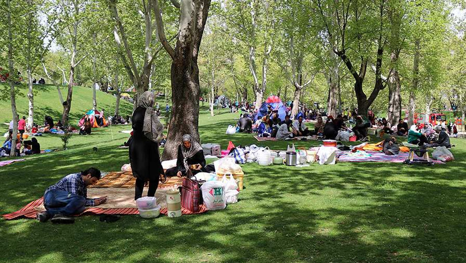 Image - Families avoid the bad luck associated with the 13th day of Nowruz with outdoor picnics