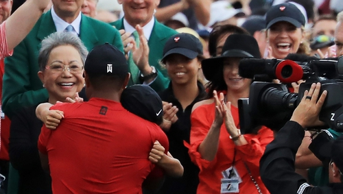 Tiger Woods with family after walking off the 18th green