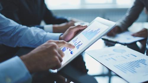 John Lowe akathe Money Doctorgives invaluable advice and reveals the secrets of successful stock-market trading.