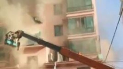 Lan Junze drove his crane to the scene and hoisted a basket to  rescue trapped residents