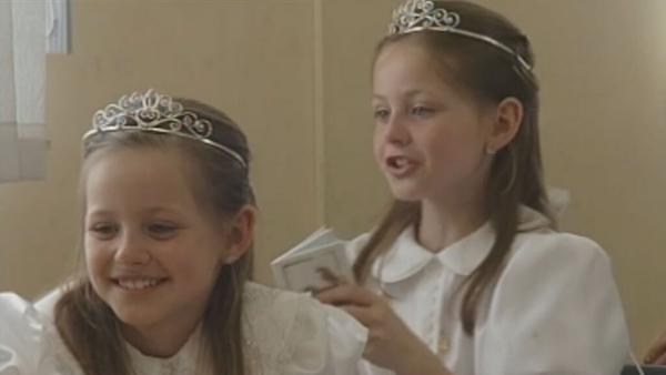 Twin girls in First Communion class, Gaelscoil Uí Fhiaich, Maynooth (2004)