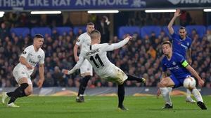 Frankfurt's Serbian midfielder Mijat Gacinovic (C) shoots past Chelsea's Spanish defender Cesar Azpilicueta