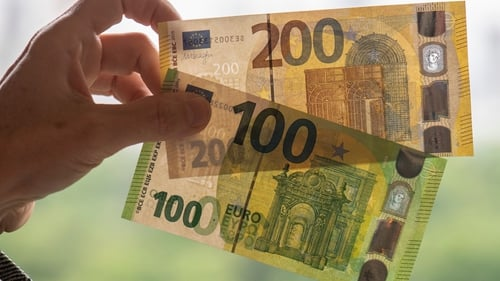 The new €100 and €200 banknotes have new, enhancedsecurity features and are easy to check using the 'feel, look and tilt' method