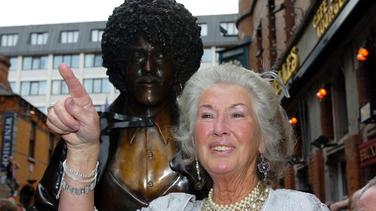 Philomena Lynott ag an dealbh dá mac ar Shráid Harry i mBaile Átha Cliath, 2005