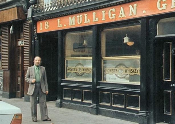 Éamonn Mac Thomáis outside L Mulligan Grocer, Stoneybatter (1979)