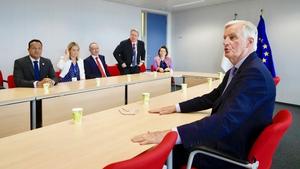 EU chief Brexit negotiator Michel Barnier (R) meets Leo Varadkar (L) on the sidelines of the EU summit