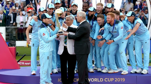 Eoin Morgan with the Cricket World Cup