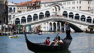 The tourists made a coffee on the steps of the Rialto Bridge