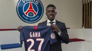 Idrissa Gueye posing with his PSG jersey