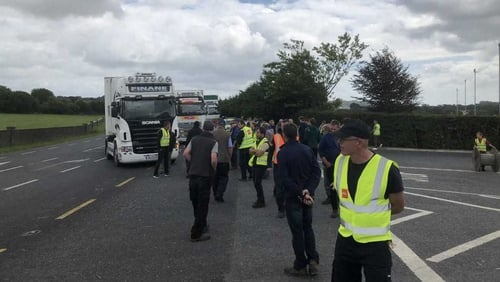 Farmers have picketed meat plants in their row over the price of beef