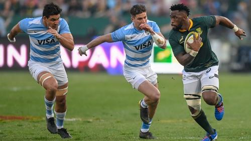 Siya Kolisi evades the clutches of the Argentinan defence at Loftus Versfeld