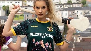 Derry Girls ag cuidiú leis an mborradh faoi éide spóirt