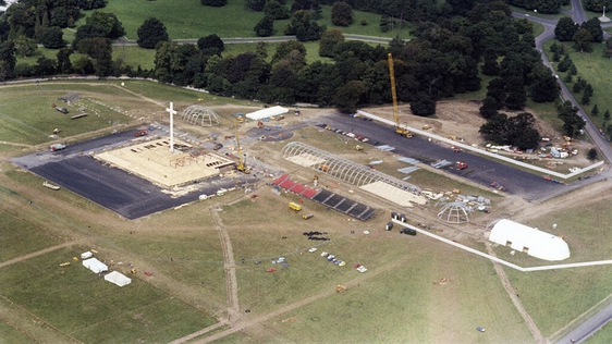 Construction of Papal cross and altar, Phoenix Park (1979)