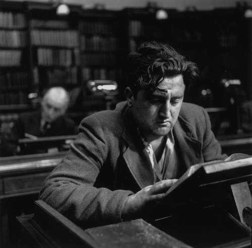 Brendan Behan reading at the Natioonal Library Dublin(Photo by Daniel Farson/Picture Post/Getty Images)
