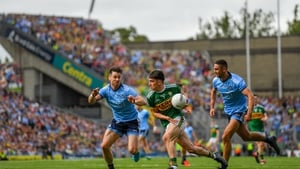 Brian Ó Beaglaoich of Kerry in action against Michael Darragh Macauley and James McCarthy of Dublin during the drawn game