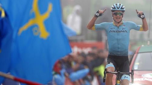 Jakob Fuglsang celebrates in a foggy Alto de La Cubilla