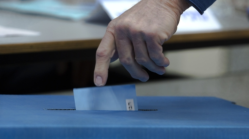 Initial results suggest that the two main contenders in the election are deadlocked