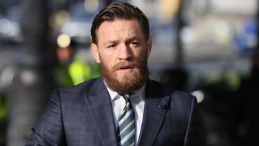 Conor McGregor cúisithe in ionsaí ar fhear i dTeach Tábhairne